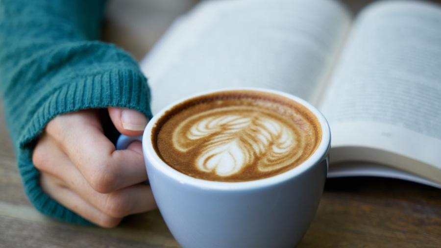 En åben bog og en kop lækker kaffe