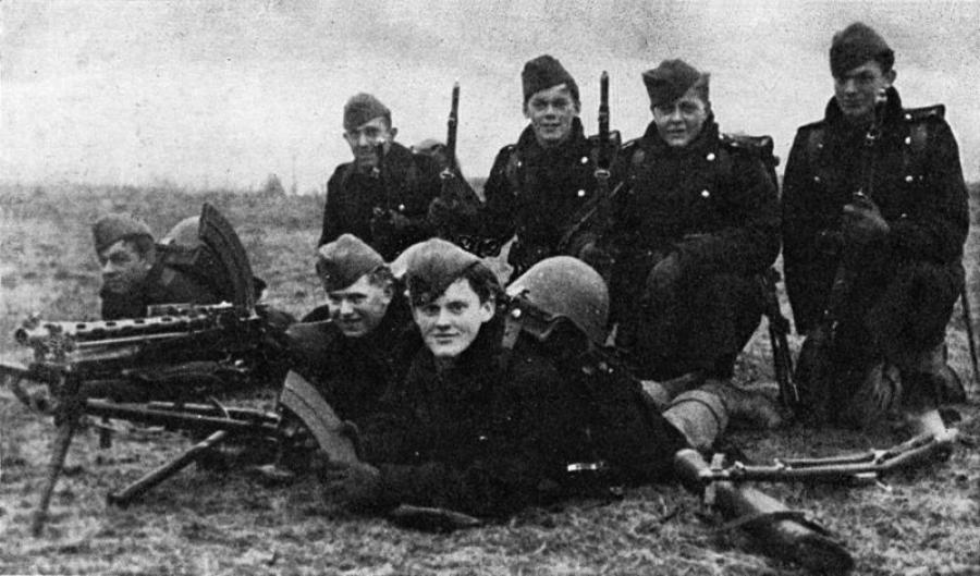 Foto af en af de danske patruljer, der modsatte sig den tyske invasion. Fotografiet er taget om morgenen d. 9 april umiddelbart før  kampehandlingerne ved Bredevad. Nogle timer senere var to af patruljens syv mænd faldet for tyske kugler. Fra Wikimedia Co