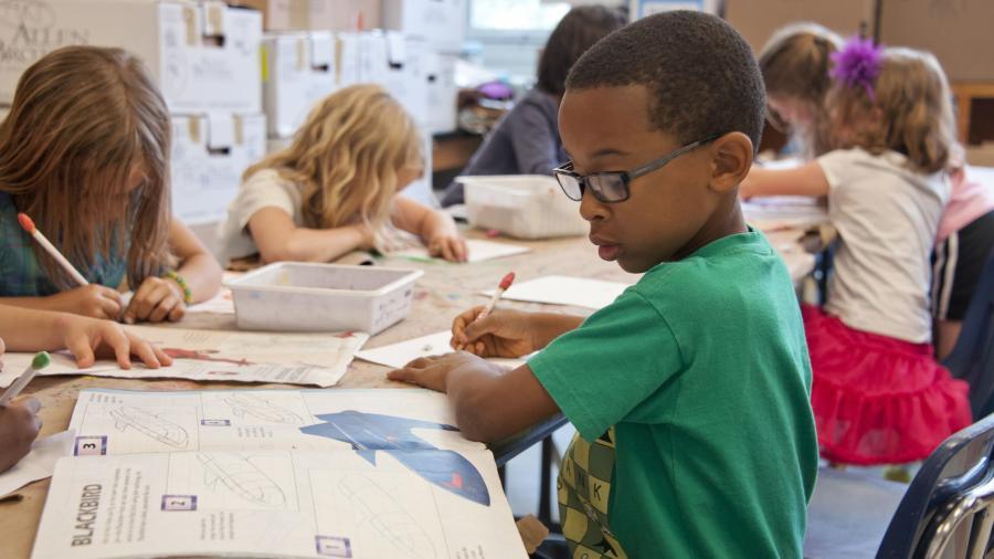barn arbejder i en skoleklasse