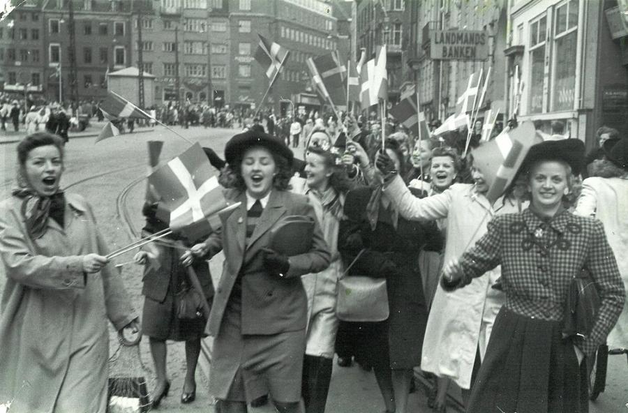 Mennesker på den flagsmykkede Frederiksberggade (Strøget) i København d. 5. maj 1945