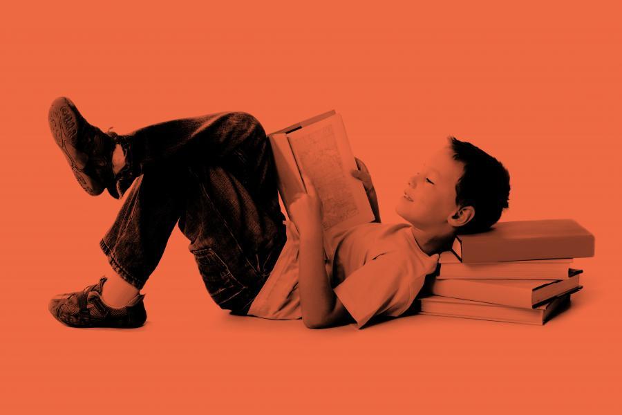 Dreng der ligger og læser