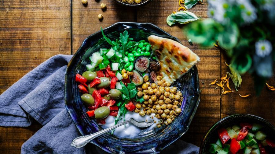 anretning af mad på blå tallerken