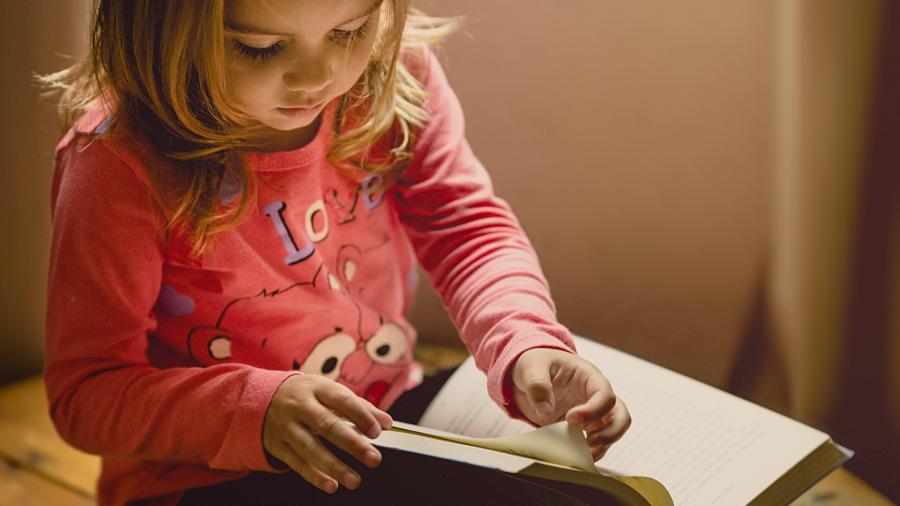 Pige der sidder og læser