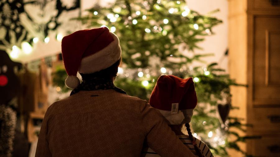 Børn foran et juletræ