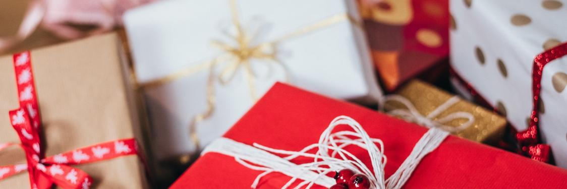 Julegaver i røde og hvide farver