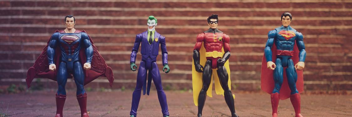 4 legetøjsfigurer af kendte superhelte